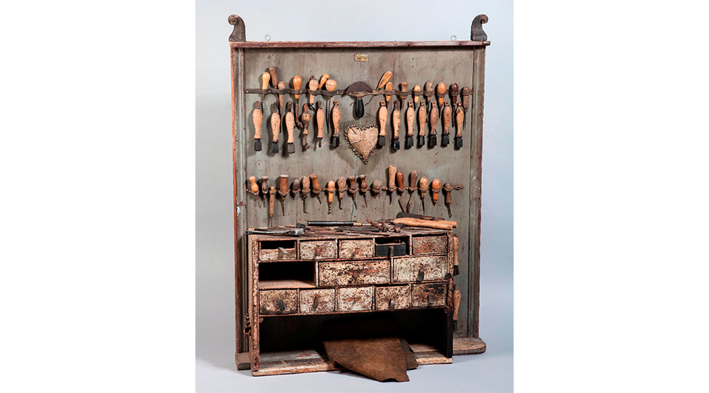 Exceptionnel meuble de cordonnier et ses outils